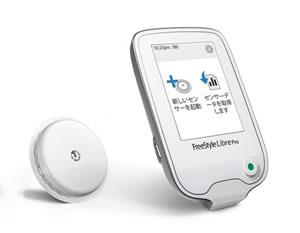 FreeStyleリブレProのイメージ。左に丸いセンサー、右にFreeStyleリブレProの本体。