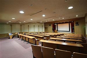 研修ホール、入り口からの客席の写真