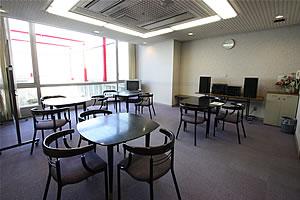 談話室の写真 テーブルと椅子が並んでいます