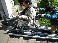 車いすの介助の写真